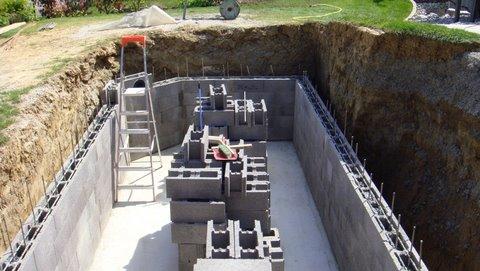 Préparation des blocs des murs du bassin