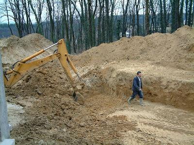 Excavation de la terre à l'emplacement du bassin