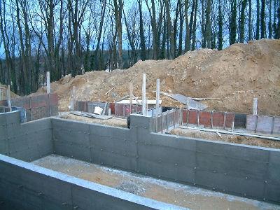 Les murs en béton de la partie naturelle du bassin