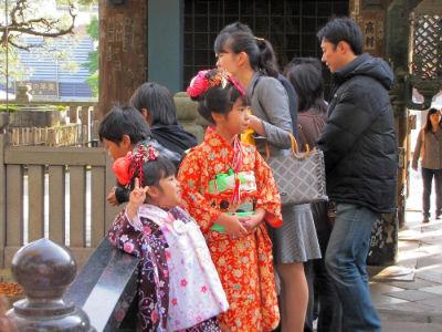 Les enfants en tenue traditionnelle