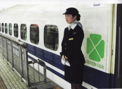 L'hôtesse d'accueil du Shinkansen